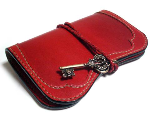 アンティークキーのモダンレトロな赤いキーケース