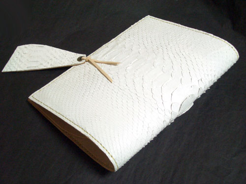 白ヘビ革xヌメ革のブックカバー