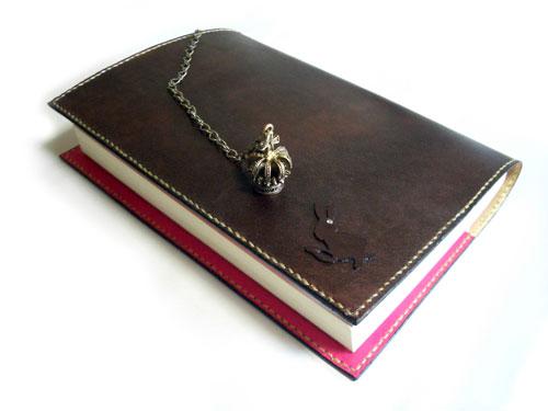 王冠チャーム付きアリスのブックカバー