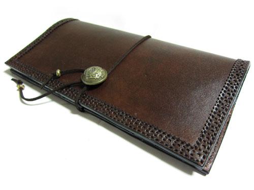 クラシックデザインの牛革長財布