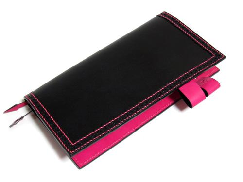 ピンクのステッチが鮮やか!ブラックxピンク手帳カバー