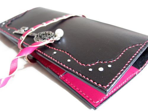 黒とピンクのかっこかわいい手帳カバー2